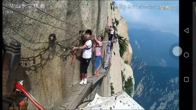 太吓人!华山栈道一男子解开安全绳跳下悬崖,景区回应
