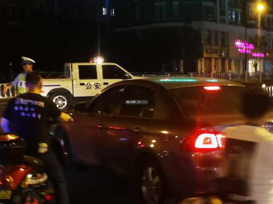 交警目前已经在丰潭路文二路口设卡对交通进行疏导。