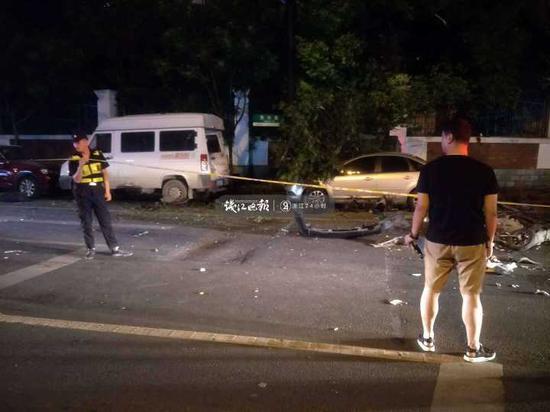 现在正在树边的这辆车就是出事故的车辆。