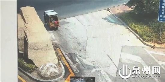 晋江:三岁娃车上掉落 开车家人不知 路人急护住
