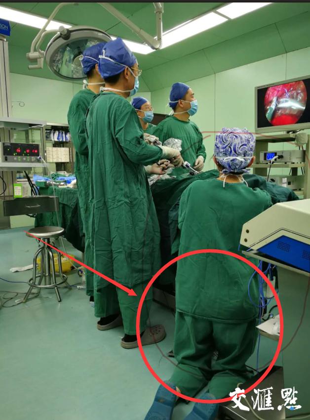 护士腿部跪出青紫背后真相太感人!新生儿病危感受人间有爱