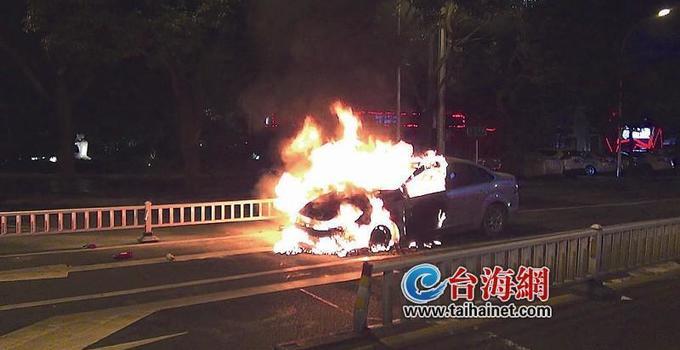 漳州:闹市街头小车自燃 无人员伤亡