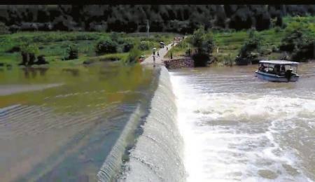 祖孙三人骑电三轮过漫水桥落水 一人死亡两人失踪