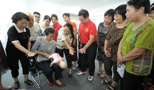 福州一批中老年人集体获红十字初级救护证