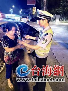 女子深夜在高速路上行走 竟是在服务区被大客车甩客