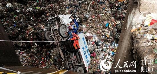 垃圾回收车掉入坑底 司机被困现场恶臭弥漫呼吸困难事故原因不明