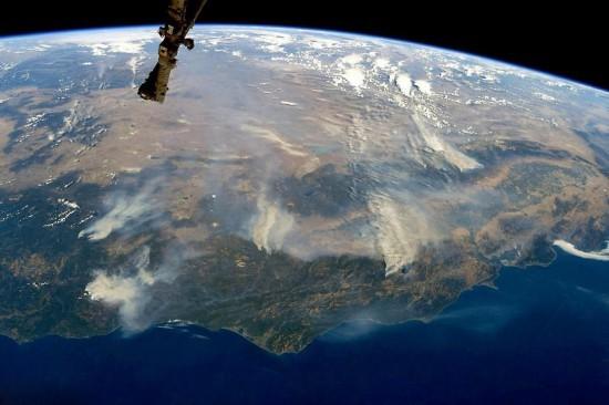 加州山火肆虐太空可见 14000名消防员灭火
