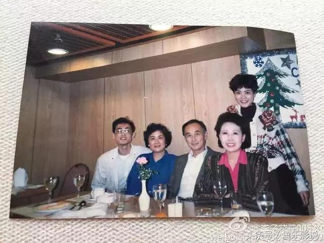 王菲全家福,哥哥侧脸像苏有朋,父亲一看就是老牌知识分子!