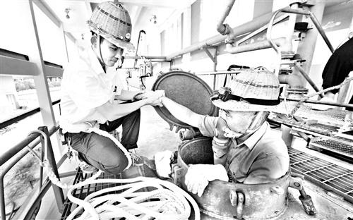 """""""焖锅""""里的清洁工 把头伸出罐口,如同重获新生"""
