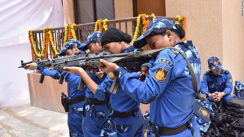 印度第一支女特警队走上新德里街头 配备冲锋枪和步枪