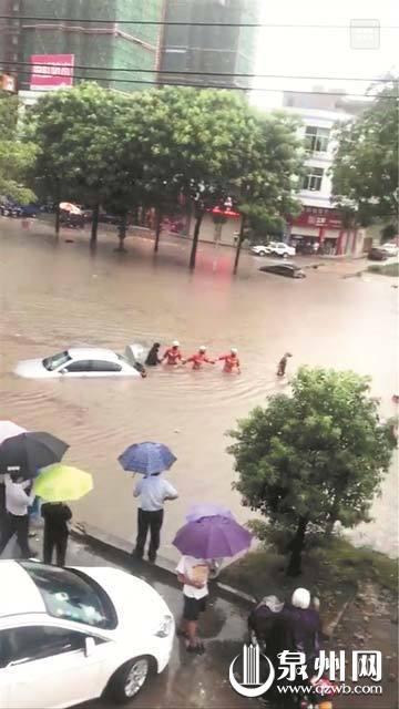 泉州多地突降暴雨 部分路段积水交通堵塞让人猝不及防