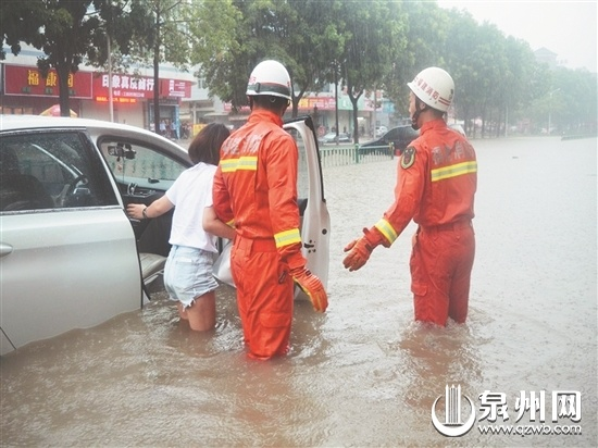 泉州多地突降暴雨 3辆小车被困积水 消防战士及时解围