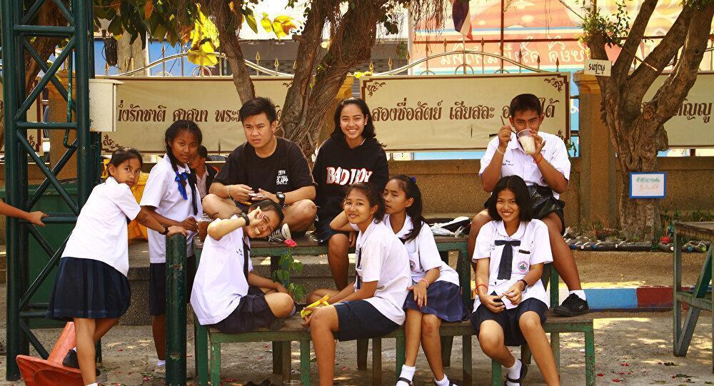 """泰媒:泰国出台新""""学生行为准则"""" 禁止学生拥抱接吻"""