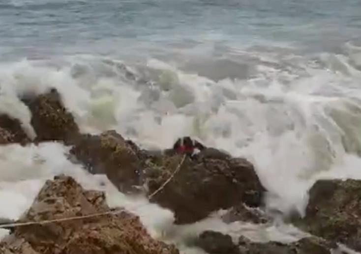 钓鱼男子拍翻在海里发生哪里?为什么被拍翻视频曝光太揪心