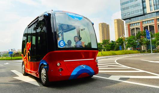 """""""阿波龙""""无人驾驶小型巴士亮相澳门银河手机版"""