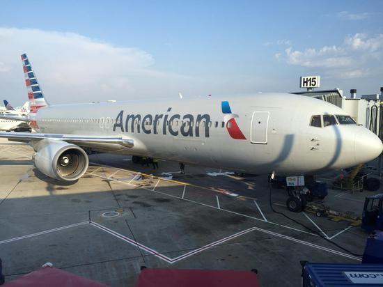 停在芝加哥奥黑尔机场的AA客机 图源:Youtube