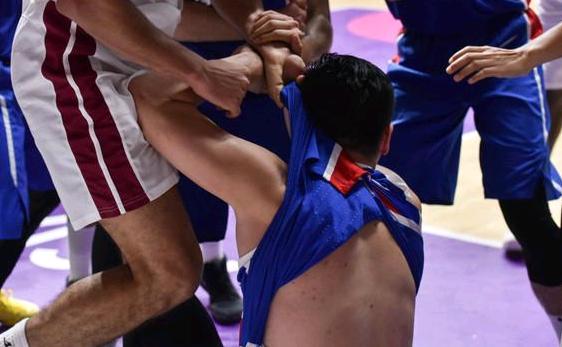 亚运男篮赛场冲突怎么回事现场动图曝光很激烈 双方抱摔扭打