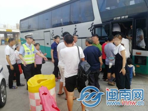 泉南高速一大客车突然爆胎 53名乘客滞留