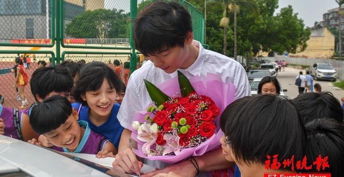 亚运夺冠归来!篮球选手王哲林回福州母校不忘谢师恩