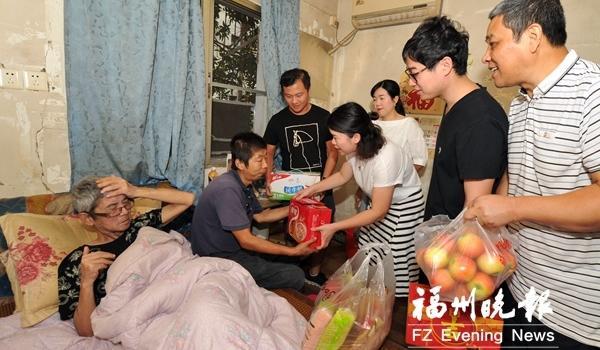 象园街道慰问征迁困难户 送上慰问金和牛奶等物品