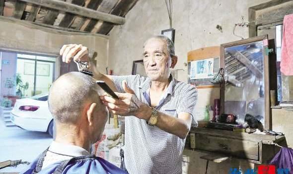 翔安七旬老人一开剃头铺就40年 连剃刀都是自己磨的