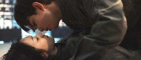 """18 岁吴磊献""""地咚之吻"""" 粉丝抗议:不!你还是个孩子!"""