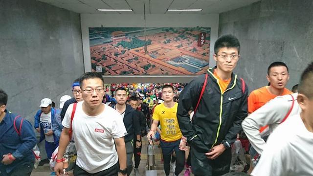 2018年北京马拉松在天安门广场起跑 报名人数首次突破11万大关
