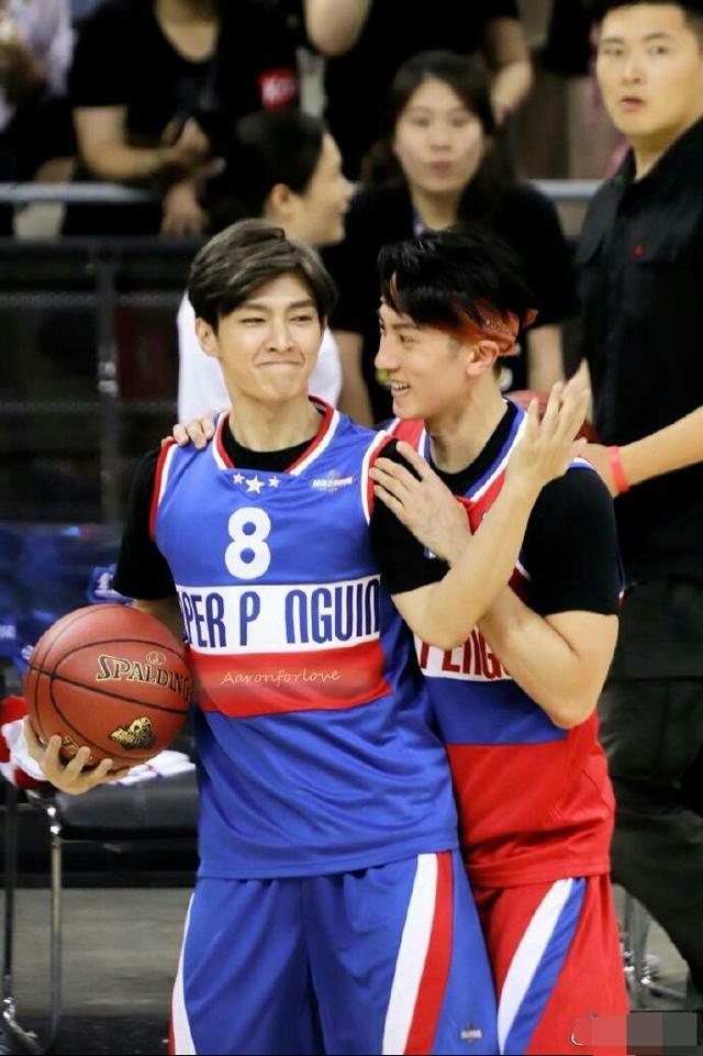 吴尊炎亚纶同框打篮球,网友:像20岁小伙啊