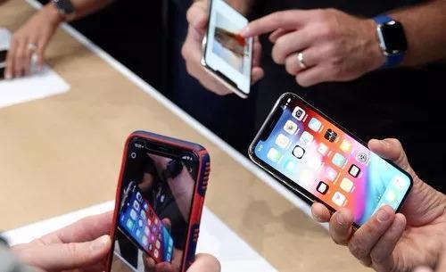 孩子吵着要换新手机 各国如何应对学生手机上瘾
