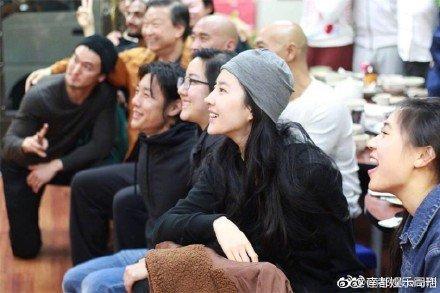 网友偶遇刘亦菲素颜吃饭照片曝光,渣画质都挡不住她的美貌!