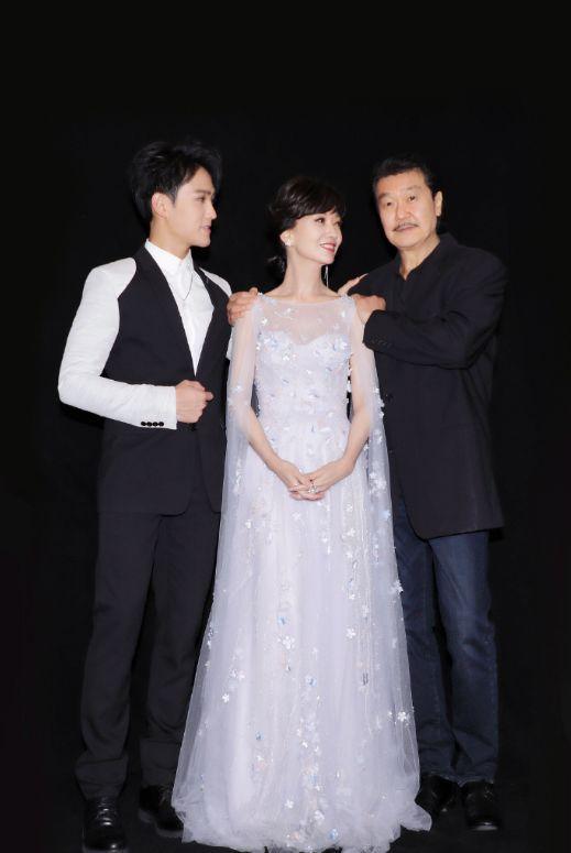 赵雅芝中秋节与儿子黄恺杰同台,献唱问情,妈妈年轻得像姐姐