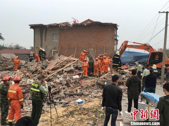 湖北荆门一民房坍塌致4人被困