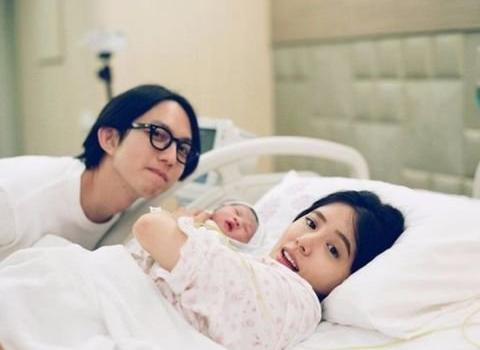 林宥嘉夫妻挑战带儿子外出 结果酷比吐奶了!