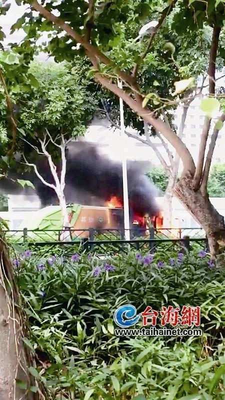 澳门银河娱乐网站仙岳路湖边花园附近垃圾车突然冒大火 附近几名公交司机救援