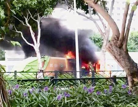 厦门仙岳路湖边花园附近垃圾车突然冒大火 附近几名公交司机救援