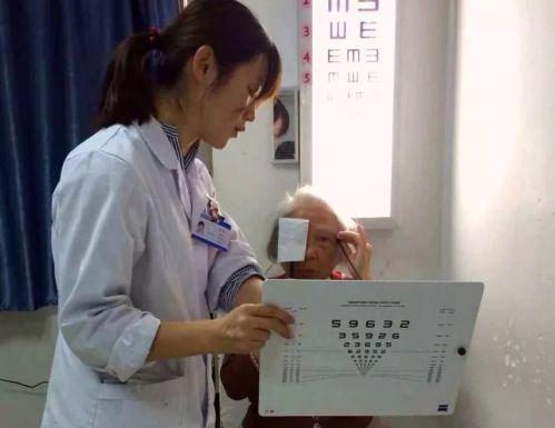 国外白内障手术效果不理想?老教授选择回国就医,最后竟然……
