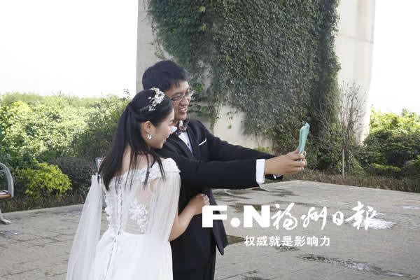 福州花海公园拍婚照 百对新人秀恩爱