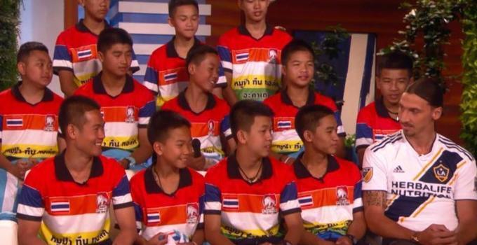 泰国获救足球少年上节目 偶像伊布现身 鼓励太暖