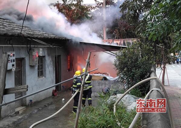 仙游榜頭一安置房變壓器起火 消防疏散群眾迅速撲救