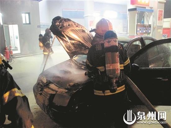 泉州一小车准备加油时突然起火 险些危及加油站
