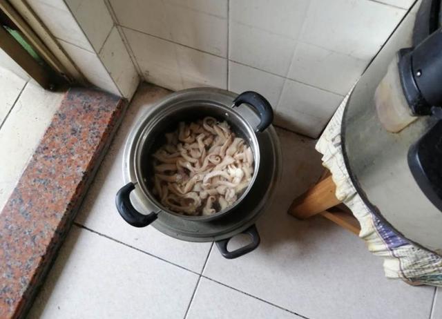 佛山阿伯捡鸡肠回家煮,被警察找上门!听完真相被吓到腿软……