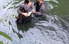 福州一名老人不慎掉入内河 两人奋不顾身跳水施救