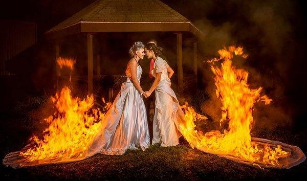 火熱之愛!美國女同婚禮上讓人點燃其禮服