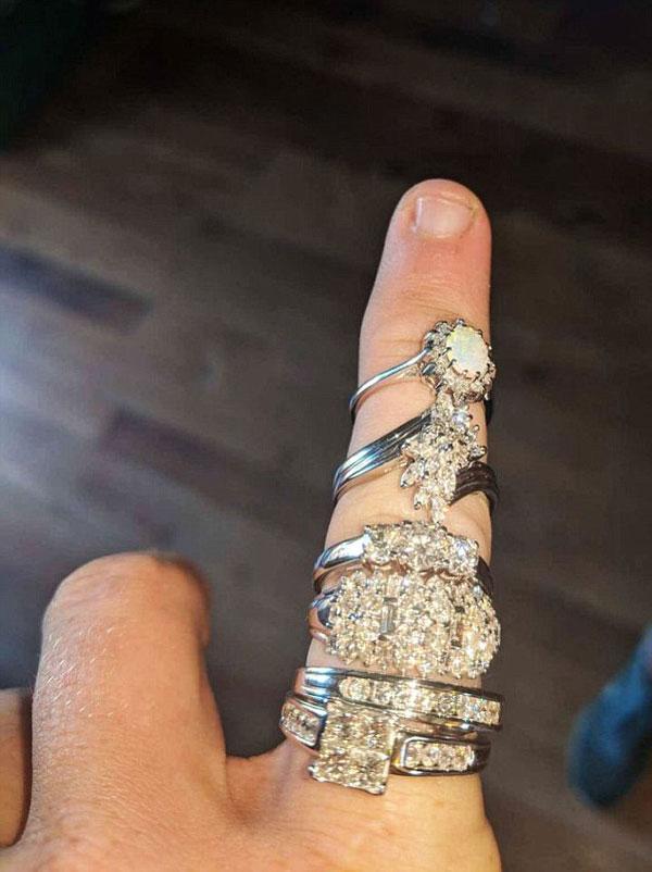 澳夫婦買2美元棋盤在其中發現6枚鉆戒 總價值1.8萬美元