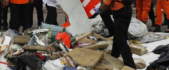 救援小组清点飞机残骸(图源:美联社)