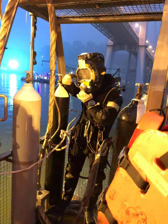 经过4天搜救  重庆坠江公交被打捞出水
