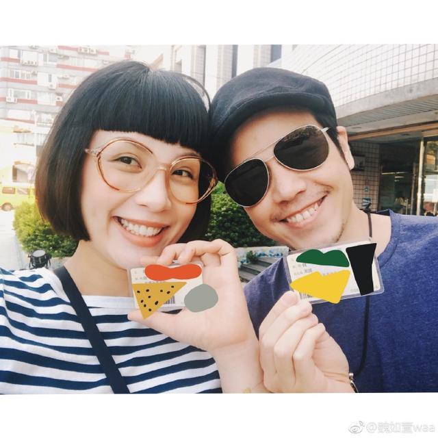 台湾歌手魏如萱晒儿子出生脚印,并发微博:平安抵达!