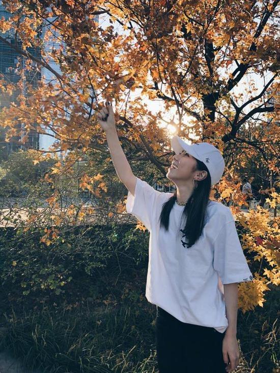 鄧紫棋漫游街頭看黃葉賞秋景 陽光下甜笑露梨渦