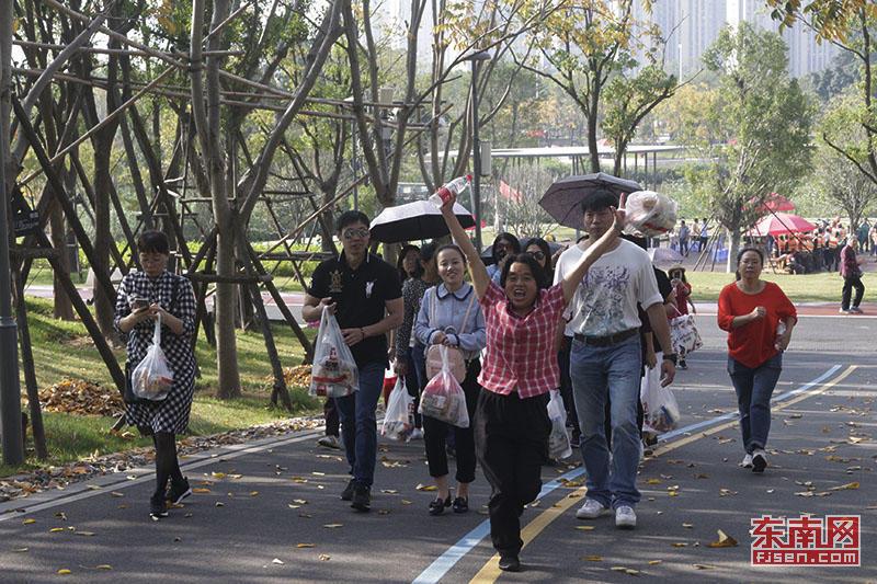 福建举办庆祝第十九个记者节登山活动