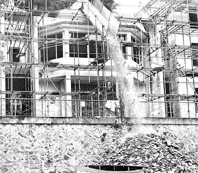 福州梅园路一楼房三楼抛建筑垃圾 尘土飞扬